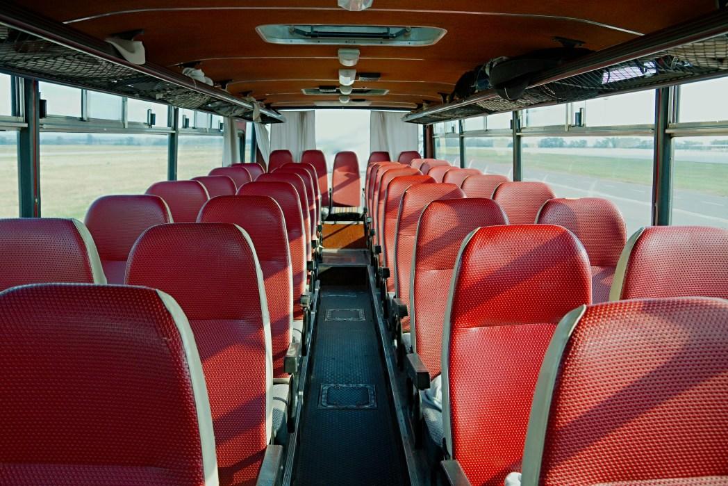 坐旅遊大巴遇險自救